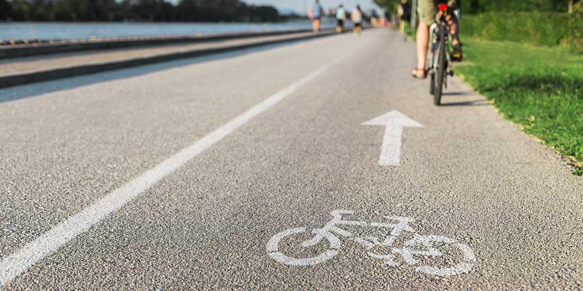 Radweg mit Fahrradfahrer zeigt symbolisch einen Weg, wie er in dem neuen Stadtquartier entstehen soll.